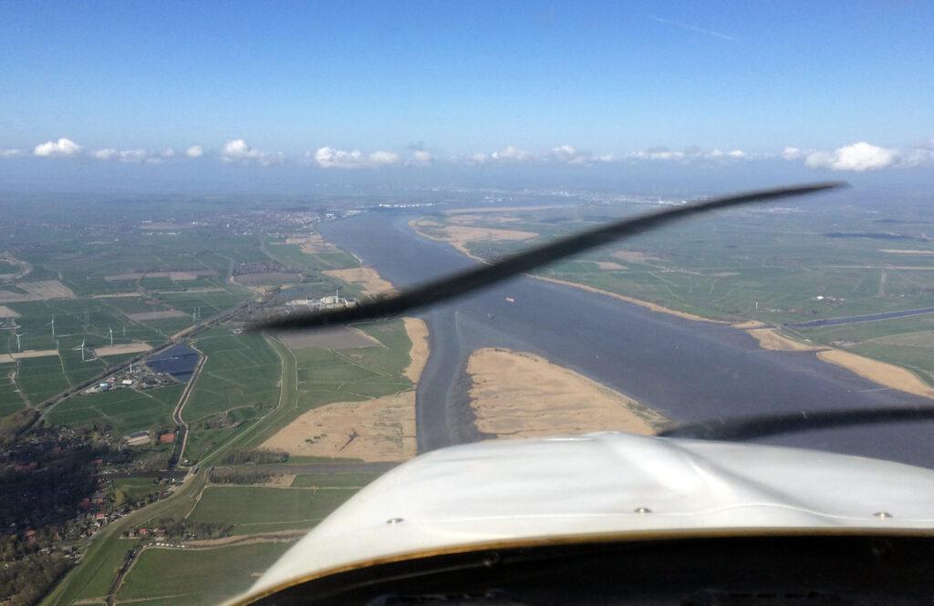 Über Elsfleth, kurz hinter Oldenburg-Hatten treffen wir auf die Weser, Bremerhaven am Horizont